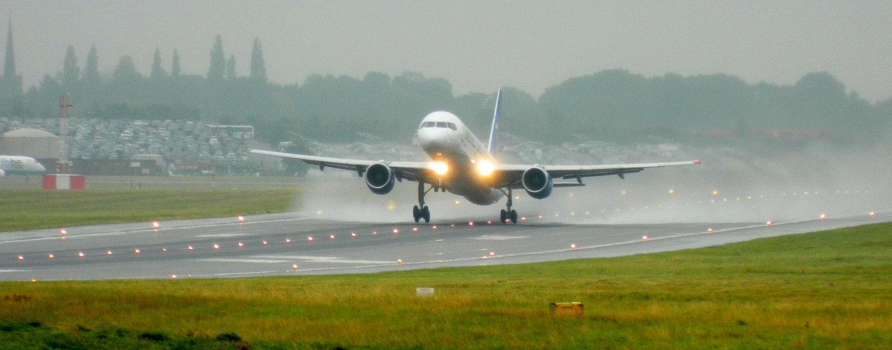 Thomas Cook 757 departs a wet BHX